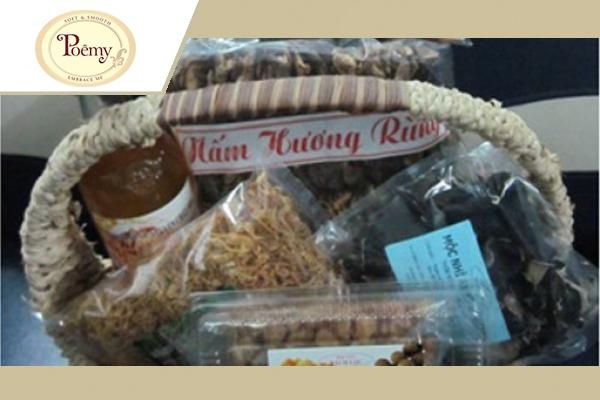 Một giỏ đồ khô đặc sản là món quà thiết thực và giá trị đối với người nhận.