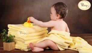 Tại sao nên sử dụng khăn choàng tắm cho bé?